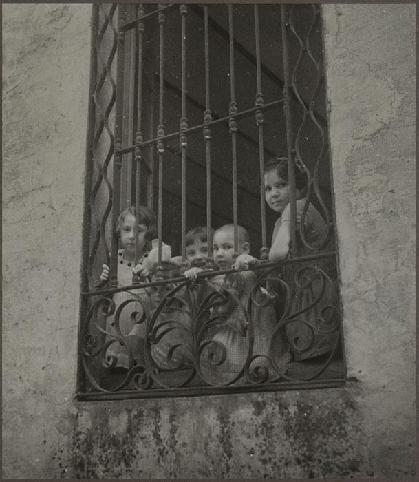 Dora Maar, bambini alla finestra, 1933 Vintage, gelatina al bromuro d'argento, c