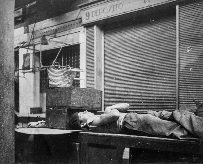 Dora Maar, ragazzo che dorme davanti alla serranda in ferro di un magazzino, 1933