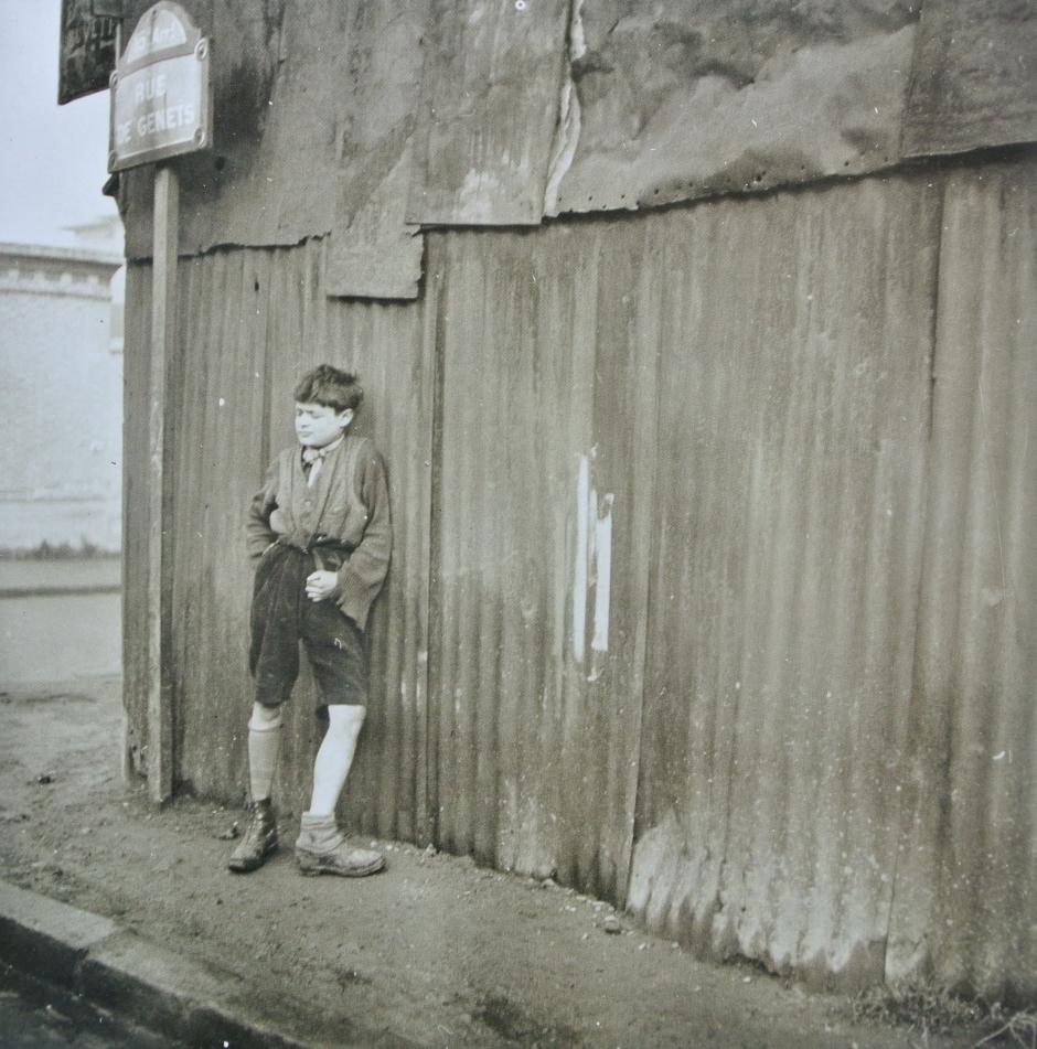 Dora Maar - Ragazzo con le scarpe spaiate 1933
