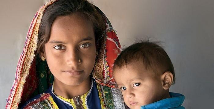 madre bambina afghana con il figlio