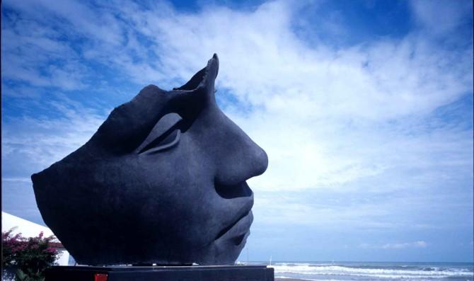 scultura di Mitorai sulla spiaggia dell'excelsior