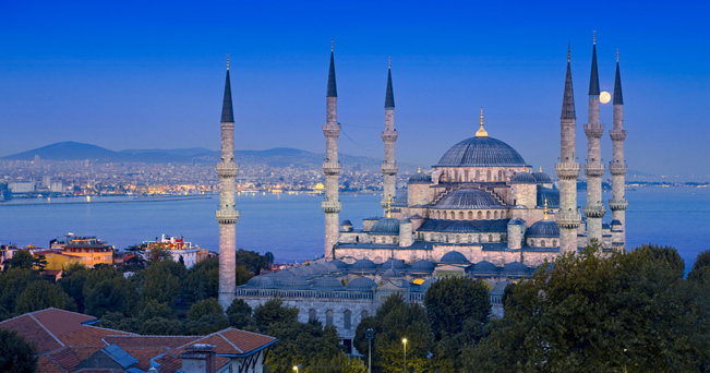La Moschea Blu, capolavoro dell'arte islamica voluto nel '600 dal sultano Ahmet (foto Alamy / Milestone Media)