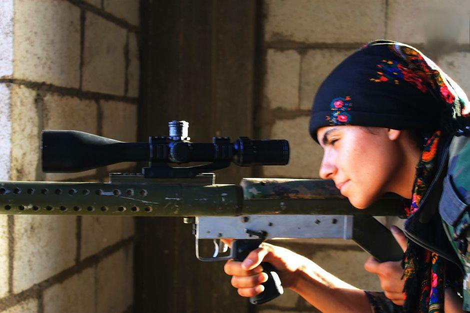 Ypj-fighter-Una soldatessa dell'YPJ mentre difende una postazione dall'ISIS