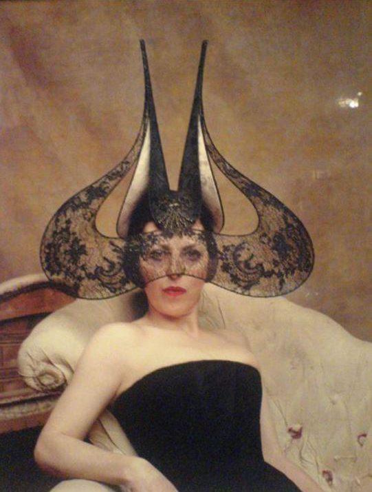Isabella Blow con una creazione di Alexander McQueen