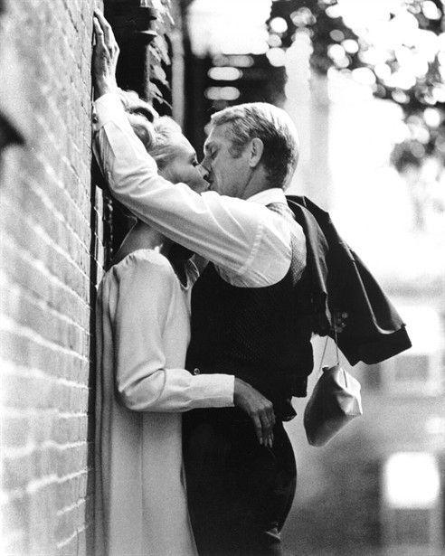 bacio-foto-di-scena-Faye Dunaway and Steve McQueen