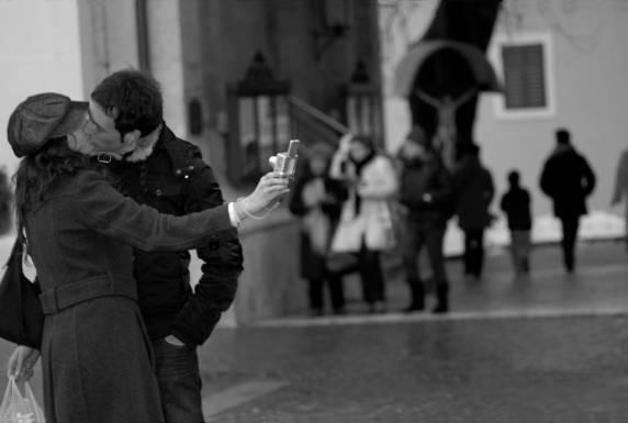 c-saccari_-_il_bacio_2011_-_stampa_a_pigmenti_di_carbone_su_carta_100_cotone_baritata_-_cm_50x33